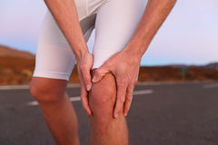 Боль колена - бежать ушиб спорта стоковое изображение rf