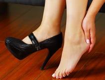 Боль ног ботинка высоких пяток Женщина приняла ее ботинки от усталости в ногах Стоковая Фотография