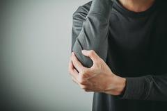 Боль локтя человека стоковое изображение rf