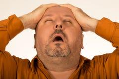 боль Полный/тучный человек страдая от головной боли Стоковое Изображение RF