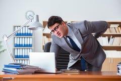 Боль чувства бизнесмена в офисе Стоковое Изображение
