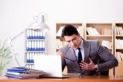 Боль чувства бизнесмена в офисе Стоковые Фото