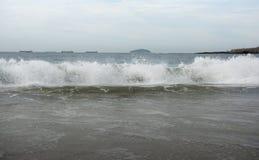 Бразилия, Рио-де-Жанейро Прибой океана на пляже Copacabana стоковые изображения