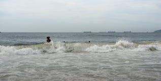 Бразилия, Рио-де-Жанейро Прибой океана на пляже Copacabana стоковое изображение