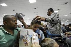 Бразилия - San Paolo - Ла Igreja Mundial делают Poder de Deus - босс Valdemiro Сантьяго церков благословляет верующего стоковое изображение