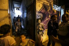 Бразилия - San Paolo - ONG Sermig - католическая интервенция в маленьком favela стоковые изображения