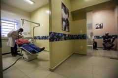 Бразилия - San Paolo - ONG Sermig - свободная зубоврачебная деятельность для бездомные как Стоковые Изображения RF