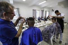 Бразилия - San Paolo - ONG Sermig - свободный парикмахер для бездомные как Стоковые Изображения