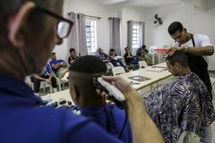 Бразилия - San Paolo - ONG Sermig - свободный парикмахер для бездомные как Стоковая Фотография