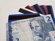 бразильская банкнота 2 reais и кредитных карточек, предпосылки и текстуры стоковое фото rf