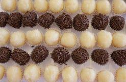 Бразильская конфета партии как знайте как brigadeiro Сделанный со сладкими сконденсированным молоком и бурым порохом стоковые фотографии rf