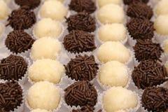 Бразильская конфета партии как знайте как brigadeiro Сделанный со сладкими сконденсированным молоком и бурым порохом стоковое изображение