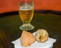 Бразильские хлеб и пиво сыра Стоковое Фото