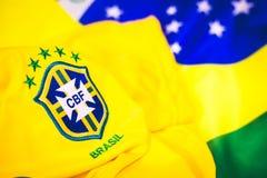 Бразильские jersey и флаг перед взглядом стоковые фото