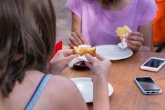 Бразильяне есть coxinha и pao de queijo в деревянной деревенской плате Стоковая Фотография RF