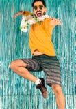 Бразильянин скачет для утехи Смешной, восторг Человек в зеленом цвете и yel стоковое изображение rf