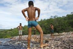 Бразильские дети играя в утесе складывают Lencois вместе Бахю стоковые изображения rf