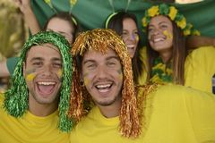 Бразильские поклонники футбола спорта празднуя победу совместно. Стоковые Фотографии RF