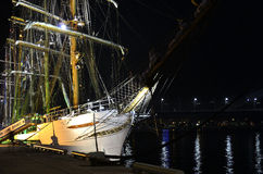 Бразильский высокорослый корабль «Cisne Branco» в порте Риги на ноче. Стоковые Изображения