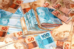 Бразильский пакет денег с 100 и 50 примечаниями reais Стоковое Изображение RF