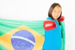 Бразильский патриот, девушка вентилятора держа флаг Бразилии Бразильский чемпионат бокса стоковое фото