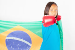 Бразильский патриот, девушка вентилятора держа флаг Бразилии Бразильский чемпионат бокса стоковая фотография