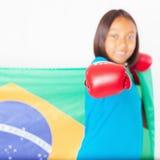 Бразильский патриот, девушка вентилятора держа флаг Бразилии Бразильский чемпионат бокса стоковые изображения rf