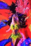 Бразильский танцор самбы выполняя на путешествии трофея кубка мира ФИФА Стоковое Фото
