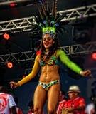 Бразильский танцор самбы на этапе sensually двигая Стоковые Изображения RF
