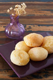 Бразильский хлеб сыра закуски (pao de queijo) на вазе плиты Стоковая Фотография RF