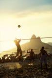 Бразильяне играя заход солнца Рио-де-Жанейро Бразилии волейбола пляжа Стоковая Фотография