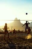 Бразильяне играя заход солнца Рио-де-Жанейро Бразилии волейбола пляжа Стоковая Фотография RF