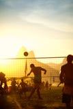 Бразильяне играя заход солнца Footvolley Рио-де-Жанейро Бразилии пляжа Стоковая Фотография RF