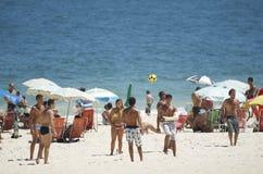 Бразильяне Carioca играя футбол пляжа Altinho Futebol Стоковое Изображение RF