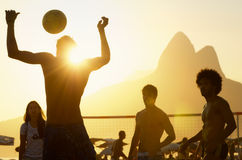Бразильяне Carioca играя футбол Altinho пляжа Стоковые Фото