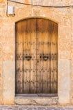 Брайн выдержал деревянная дверь входа деревенского старого дома стоковые изображения rf