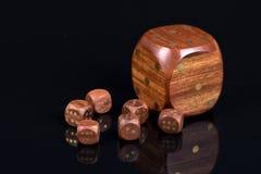 Брайн деревянный dices с точками над черным острословием предпосылки Стоковые Изображения RF