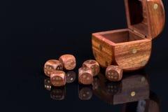 Брайн деревянный dices с точками над черным острословием предпосылки Стоковые Фото