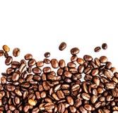 Брайн зажарил в духовке кофейные зерна изолированные на белой предпосылке.  Арабский Стоковое фото RF