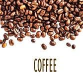 Брайн зажарил в духовке кофейные зерна изолированные на белой предпосылке.  Арабский Стоковое Изображение RF