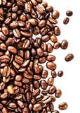 Брайн зажарил в духовке кофейные зерна изолированные на белой предпосылке.  Арабский Стоковая Фотография