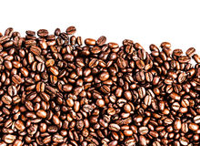 Брайн зажарил в духовке кофейные зерна изолированные на белой предпосылке.  Арабский Стоковое Изображение