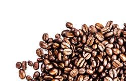 Брайн зажарил в духовке кофейные зерна изолированные на белой предпосылке.  Арабский Стоковые Изображения RF