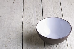 Брайн и белая салатница на белых досках Стоковые Изображения RF