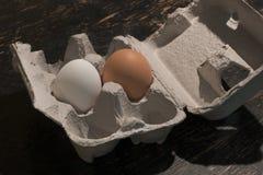 Брайн и белые яичка в контейнере Стоковое Изображение RF