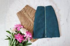 Брайн и голубые юбки замши и букет пионов Модная концепция, белое мех на предпосылке Стоковые Изображения