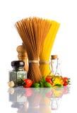 Брайн и желтые спагетти с специями на белизне Стоковое Изображение
