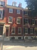 Брайн облицовывает городк-дома в историческом западе квадрата Вашингтона, Филадельфию, PA Дерево внутри Стоковое фото RF