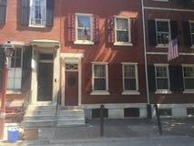 Брайн облицовывает городк-дома в историческом западе квадрата Вашингтона, Филадельфию, PA Дисплеи американские Стоковое Изображение RF
