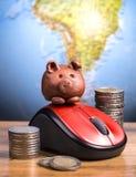 Брайн piggy на мыши стоковые фотографии rf